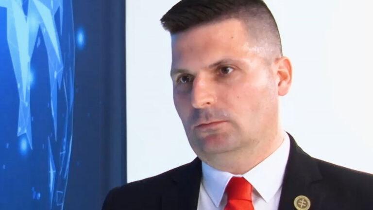 Vládu treba postaviť pred vojenské súdy – Róbert Švec